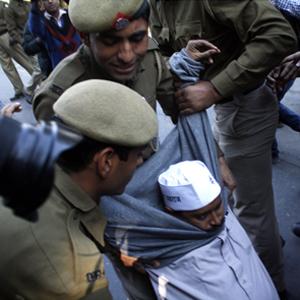 Arvind-Kejriwal-protest-by-Dijeshwar-Singh police man laughs_2