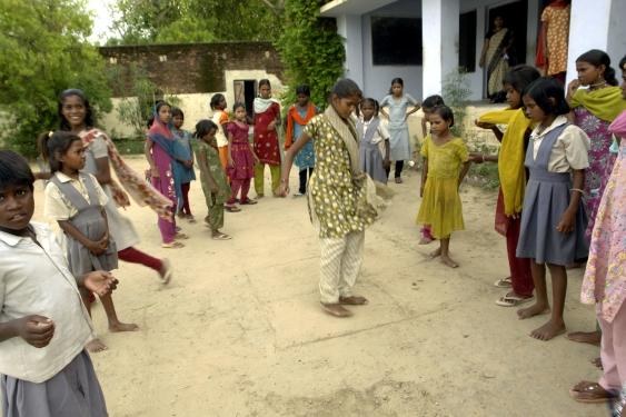 Filles_jouant_à_la_marelle,_Jaura,_Inde