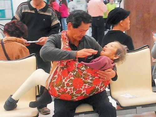 Taiwan-filial-son-carrying-ill-mom-to-hospital