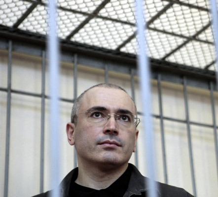 Jailed former Russian oil tycoon Mikhail Khodorkovsky stands in the defendant's cage during a court hearing in Chita August 21, 2008. Khodorkovsky's appeal for early release comes before a court on Thursday in what his lawyers say will be a test case for President Dmitry Medvedev. REUTERS/Tatyana Makeyeva (RUSSIA)